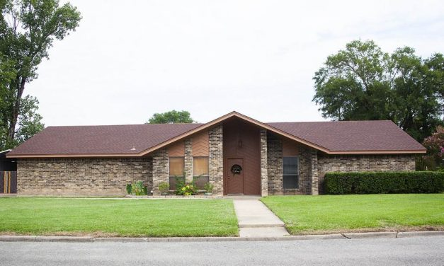 Three bedroom home for sale in Clarksville, Texas || $104,000